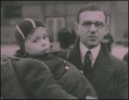 Winton con uno de los niños que salvó