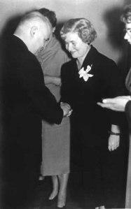 Irena recibiendo una medalla del Ministro de Salud de Polonia, en octubre de 1958.