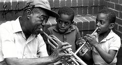 Louis Armstrong e um grupo de crianças.