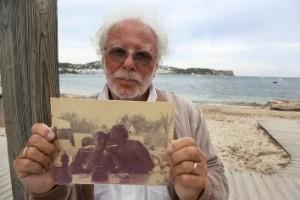 Siegfried sostiene una vieja foto junto a su padre adoptivo.