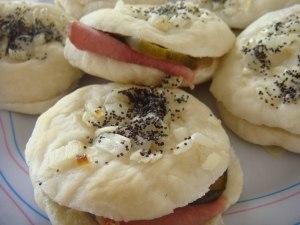 pletzalej-pastron-y-pepino-catering-comida-casera-judia-