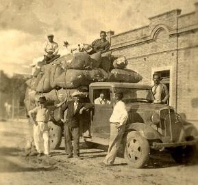 colonos-frente-a-la-cooperativa-montefiore-santa-fe-1942